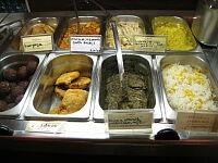 デリカテッセンでインドの野菜料理が並ぶ