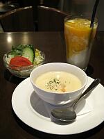 セットのサラダ、スープ、ドリンク(マンゴラッシー)