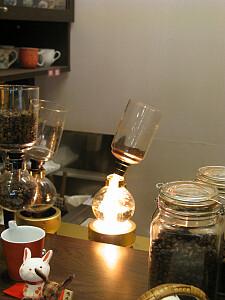 コーヒーをいれているところ