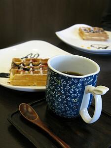 デザート(ワッフル、お皿にはうさぎのイラストつき)とコーヒー(カップの持ち手がうさぎ)