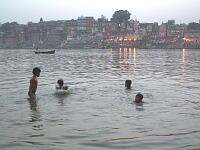 ガンジス川ででんぐり返ししまくっていた子供たち