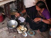 ジャガイモを揚げるラヴィのお母さん