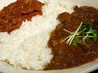 ハーフ&ハーフ(インド風レッドカレーとほうれん草とひき肉のグリーンカレー)
