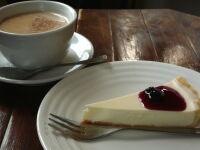 自家製のレアチーズ・ケーキとチャイ