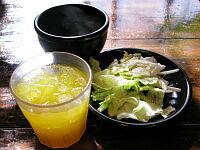 セットのスープ、サラダ、ドリンク