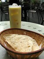 セット・ドリンクのマンゴラッシーとパパード(豆せんべい)